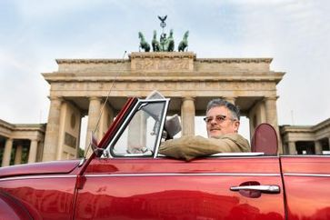 """Historiker Christopher Clark ist auf seiner Reise durch die deutsche Geschichte vor dem Brandenburger Tor in Berlin angekommen. Bild: """"obs/ZDF/ZDF/Harry Schnitger"""""""