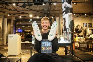 """Lars aus Berlin, Guinness Rekordhalter (größten Füße eines Teenagers).  Bild: """"obs/Ravensburger/Anne Weinrich"""""""