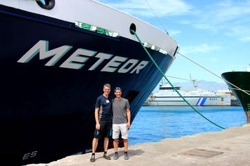 Prof. Dr. Arne Körtzinger (GEOMAR) und Prof. Dr. Burkard Baschek (HZG) vor dem Forschungsschiff METEOR im Hafen von Mindelo. Quelle: Foto: Björn Fiedler/GEOMAR (idw)