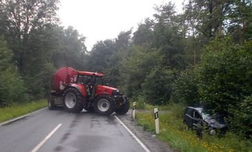 Während das Traktorgespann nach der Kollision auf der Straße stehen blieb, kam der VW der Diepenauerin von der Fahrbahn ab. Bild: Polizei Minden-Lübbecke
