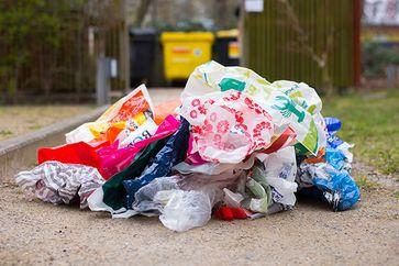 Plastiktüten werden oft nur einmal benutzt und landen dann im Müll. Bild: NABU/Sebastian Hennigs
