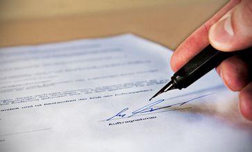 Arbeitsvertrag, Vertrag & Abmachung (Symbolbild)