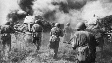 Soldaten der Roten Armee während einer Gegenoffensive in der Schlacht bei Kursk, Juli 1943