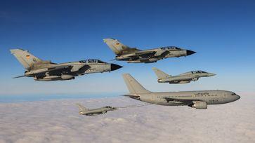 Kampfflugzeuge vom Typ Eurofighter (30+62, 30+77) des Taktischen Luftwaffengeschwaders 31 und Tornado (IDS, 45+69, 45+64) des Taktischen Luftwaffengeschwaders 33 fliegen zusammen mit einem Tankflugzeug vom Typ Airbus A310 (10+25) MRTT am Fliegerhorst Laage im Rahmen der Leistungsvergewisserung 2018, am 12.10.2018.