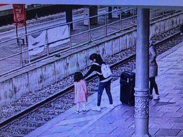 Bundespolizei warnt vor Gefahren an Bahnanlagen; Schwester greift helfend ein! Bild: Polizei