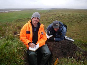 AWI-Permafrostexperte Dr. Guido Grosse (links) dokumentiert die Beschaffenheit des Permafrost-Bodens im östlichen Teil des sibirischen Lena-Deltas Quelle: Alfred-Wegener-Institut/Thomas Opel (idw)