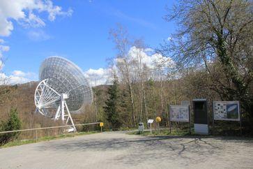 """Besucherpavillon des Radioteleskops: Station """"Sonne"""" des Planetenwegs mit insgesamt 11 Stationen: Sonne, acht Planeten, Zwergplanet Pluto und der Nachbarstern Sirius als transatlantische Erweiterung. Quelle: Norbert Junkes, MPIfR (idw)"""