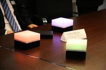 Diese Büroleuchten werden kabellos mit Energie versorgt. Quelle: © Fraunhofer ENAS (idw)