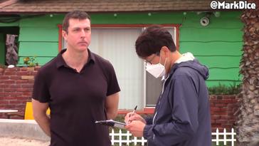 Mark Dice (links) bei der Durchführung seiner Fake-Petition in Kalifornien. Bild: Mark Dice