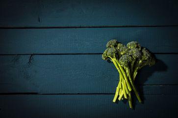 Brokkoli vor dem Kochen klein schneiden und etwas liegen lassen Bild:     Wort & Bild Verlag - Gesundheitsmeldungen