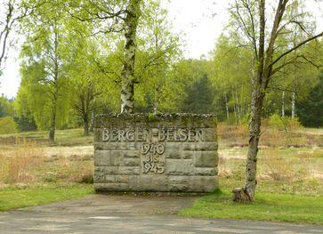Gedenkstein am Eingang zum Friedhof auf dem historischen Lagergelände