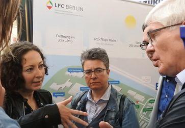 Monika Herrmann (mitte) im Gespräch u.a. mit Berlins Wirtschaftssenatorin Ramona Pop (links), (2017)