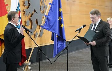 Thüringens neuer Ministerpräsident Bodo Ramelow wird von Landtagspräsident Christian Carius vereidigti Bild:  Karl-Ludwig Poggemann, on Flickr CC BY-SA 2.0