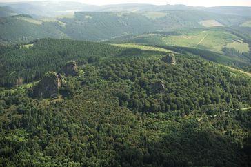 Bruchhauser Steine aus der Luft:– links Bornstein, dahinter Goldstein– rechts Ravenstein, dahinter Feldstein(Hochheideturm am Südost-Horizont)
