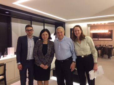 Links Alex Soros, Sohn von George Soros. In der Mitte mit blauem Hemd George Soros. Zwischen Vater und Sohn, Frau Jourová (2017)