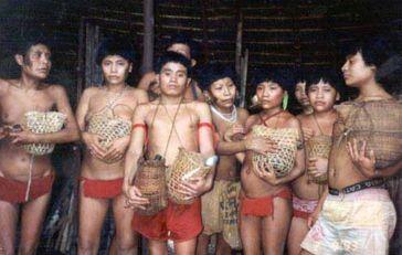 Überlebende des Haximu-Massakers von 1993 halten Urnen mit der Asche ihrer Verwandten. Goldschürfer töteten damals 16 Yanomami.