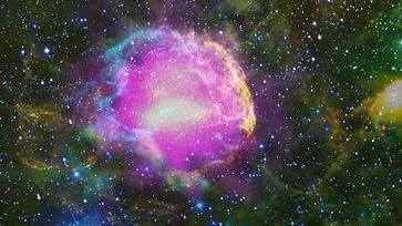 Der Supernova-Überrest IC443 im Sternbild Zwillinge hat einen eindeutigen Hinweis auf den Ursprung der Kosmischen Teilchenstrahlung geliefert. Sein Spektrum im Gammastrahlenbereich hat die langgesuchte Signatur, die einen Supernova-Überrest mit energiereichen Protonen verknüpft. Quelle: Bild: NASA/DOE/Fermi LAT Collaboration, Tom Bash and John Fox/Adam Block/NOAO/AURA/NSF, JPL-Caltech/UCLA (idw)
