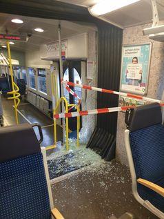 Zerstörte Glasscheibe Bild: Polizei