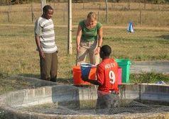 Analyse: Marte Braathen untersucht Wasserqualität. Bild: Morten Sandvik
