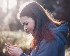 Junge Frau: Smartphones immer und überall.
