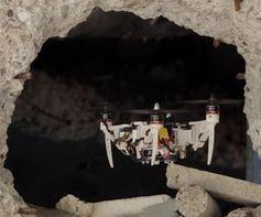Wandlungsfähige Drohne passiert eine Engstelle ohne Probleme.
