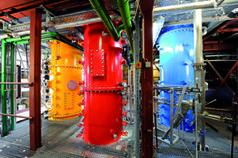 Pilotanlage zur Kohlenstoffdioxid-Abscheidung am IFK mit Regenerator (rot), Karbonator (blau) und Rauchgaserzeuger (gelb). Quelle: (Foto: ARTIS-Uli Deck) (idw)