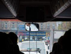 Kontrolle während der Fahrt: Busfahrer im Fokus. Bild: flickr.com/John Donmoyer