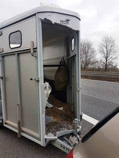 beschädigter Pferdeanhänger