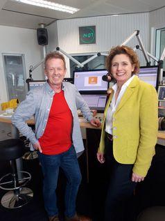"""""""FRAGEN WIR DOCH!""""-Moderator Helmer Litzke mit FDP-Politikerin Nicola Beer im RTL Radio-Studio in Berlin. Bild: """"obs/MAASS-GENAU - Das Medienbüro/Helmer Litzke, RTL Radio"""""""