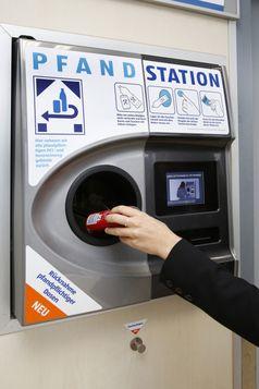 """Dosenrückgabe an einem Pfandautomaten in einer ALDI SÜD Filiale. Bild: """"obs/Unternehmensgruppe ALDI SÜD/ALDI SÜD"""""""
