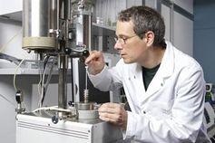 Ivo Alxneit vom Paul Scherer Institut im Labor (Foto: psi.ch, Markus Fischer)