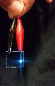 Blau strahlende organische Leuchtdiode.