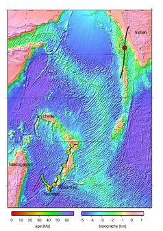 Die farbige Spur (linke Farbskala) westlich von Reunion ist die berechnete Bewegung des Reunion-Hotspots. Die schwarzen Linien mit gelben Kreisen bzw. dem roten Kreis geben die entsprechend berechnete Spur auf der Afrikanischen Platte, bzw. der Indischen Platte an. Die Zahlen in den Kreisen sind Alter in Millionen Jahren. Die Gebiete mit Topographie knapp unterhalb der Meeresoberfläche werden jetzt als Kontinentale Fragmente angesehen.
