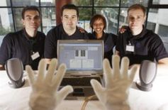 Musikhandschuh und Studenten-Team mit Barra (rechts) und Tesfagiorgis. Bild: Hannibal Hanschke