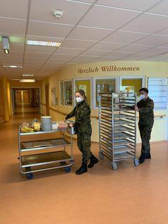 Eine Soldatin und ein Soldat von der Unteroffizierschule der Luftwaffe unterstützen bei der Essensausgabe in der Pflegeeinrichtung Hospital zum Heiligen Geist in Hamburg im Rahmen einer Amtshilfe während der Corona-Pandemie, am 06.05.2020. Bild:     Bundeswehr/Ulla Matthes
