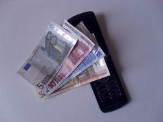 Telefon: Warnung vor Kostenfallen. Bild: pixelio.de/Sven Ginterreiter