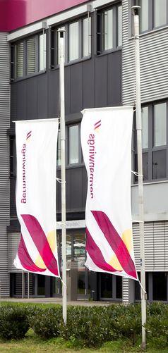 Trauerbeflaggung der Germanwings-Zentrale in Köln am 31.März 2015