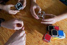 Würfelspiele: Basteln am Roboter-Design. Bild: MIT, M. Scott Bauer