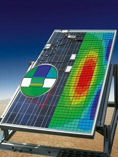 Sensoren messen die Dehnungen, die an Solarmodulen entstehen. Aus diesen Daten lässt sich deren Lebe Quelle: © Fraunhofer IWM (idw)