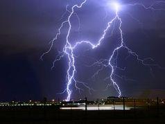 Blitze: Unwetter können schnell Blackouts auslösen.