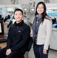 Hyunjoong Chung (links) und Ying Diao im Forschungslabor. Bild: illinois.edu