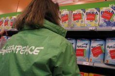 Greenpeace Frankfurt a.M. kennzeichnet Gen- Milchprodukte für Kinder der Hersteller Nestlé und Milupa in drei Filialen von Drogerie- und Supermarktketten. Bild: Greenpeace