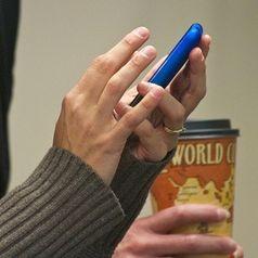 Smartphone-Nutzung: Das erfordert typische Gesten. Bild: Alan Wolf, flickr.com