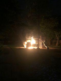 Brennenden Spielgerüst auf Spielplatz Bild: Polizei