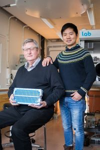 Noréus (links) und sein Kollege Shen mit dem neuen Akku