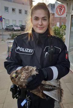 Polizeibeamtin mit Bussard bei Tierarzt