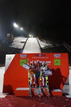 Severin Freund, Kamil Stoch und Jernej Damjan bei der Siegerehrung. Bild: Frank Breuers
