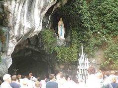 Die Grotte von Massabielle in Lourdes, wo Bernadette Soubirous ihre Marienerscheinungen hatte. Bild: Schwarzwälder / de.wikipedia.org
