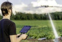 Einfaches Aufladen der Akkus einer fliegenden Drohne.