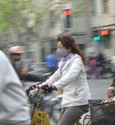 Auf dem Rad: ohne Mundschutz nicht ratsam. Bild: pixelio.de, Manuel Schuster